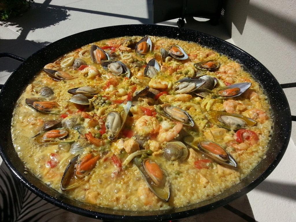 danie z ryżu z owocami morza na patelni