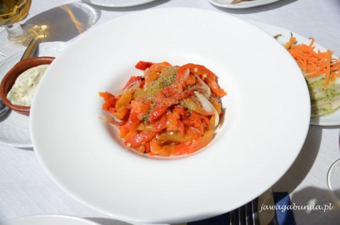 biały duży talerz , w środku grillowana papryka czerwona