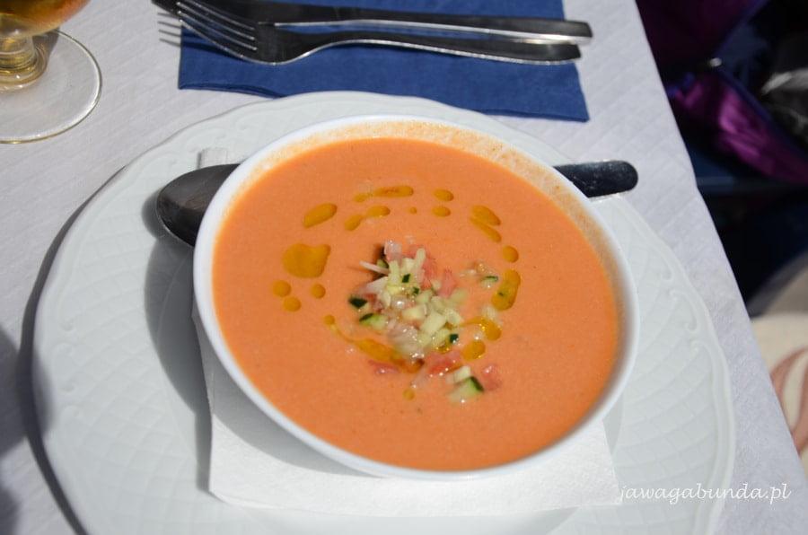 zupa na zimno pomidorowa w miseczce