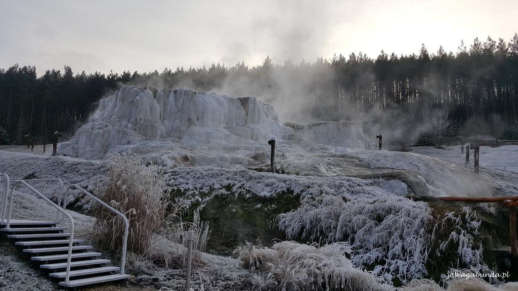 parujące wody unoszące się nad wapiennymi osadami