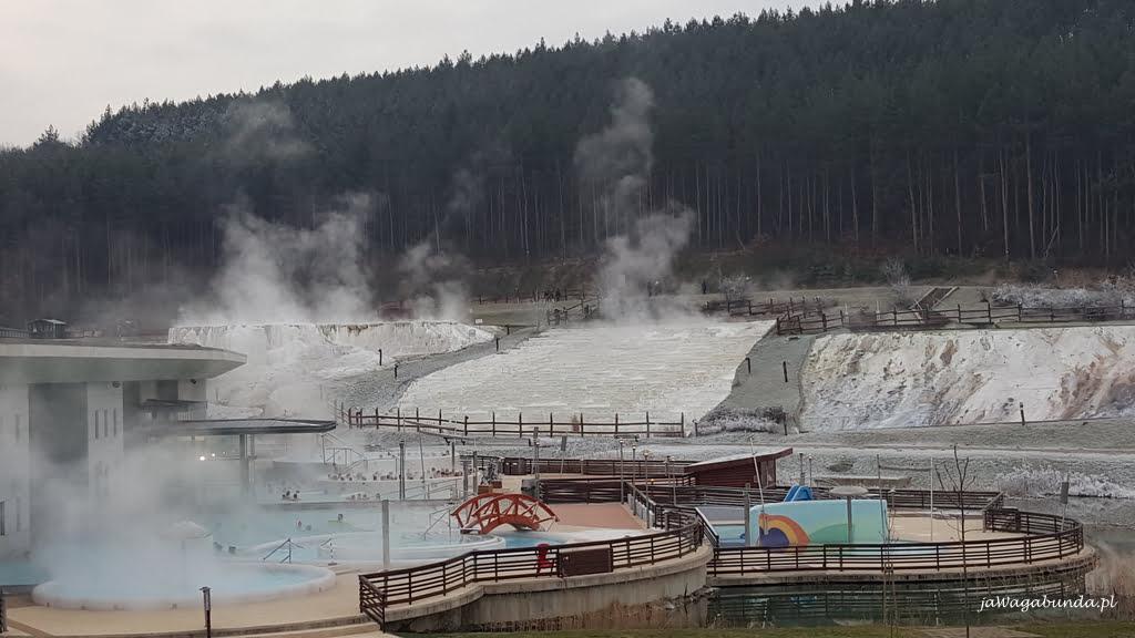 ludzie w gorących basenach zimą