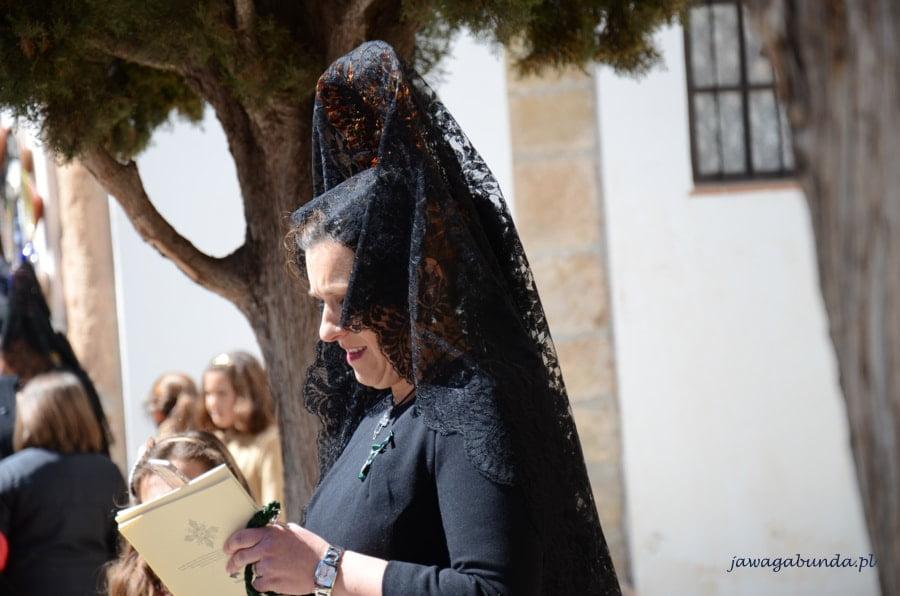 kobieta w czerni i wysokiej koronkowej ozdobie na głowie