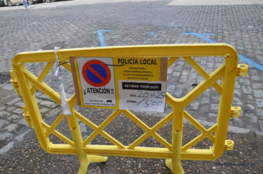 informacja o zakazie parkowania i żółta barierka
