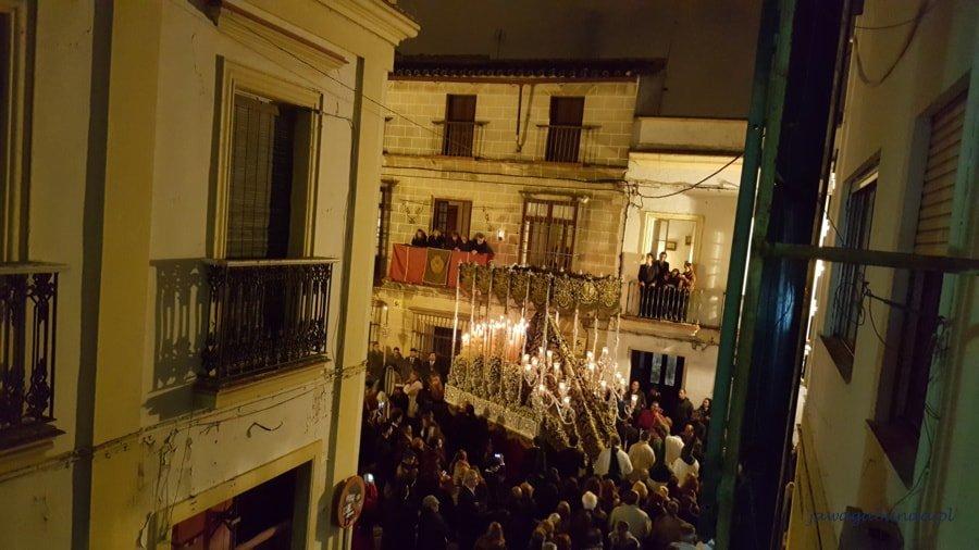 nocą widok z góry na tłum ludzi i osoby niosące ołtarz
