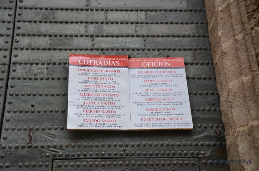 informacja zawieszona na drzwiach z godzinami wyjść procesji
