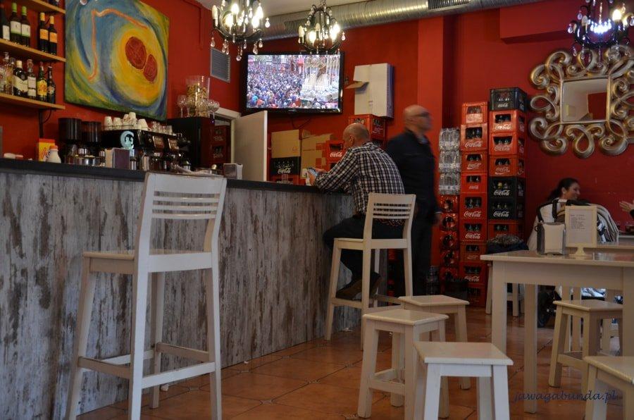 wnętrze baru z włączonym telewizorem