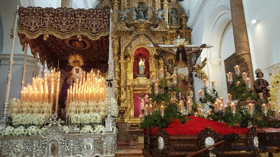 dwa przyozdobione ołtarze w kościele