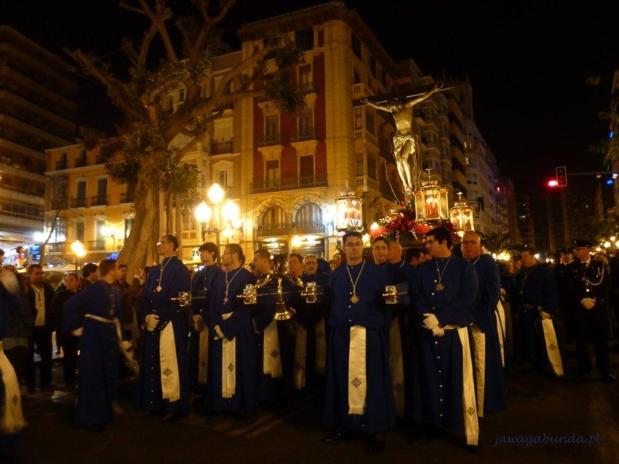 kilkunastu księży nocą