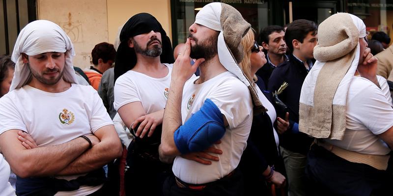 mężczyźni w jakby turbanach zawiniętych na głowie
