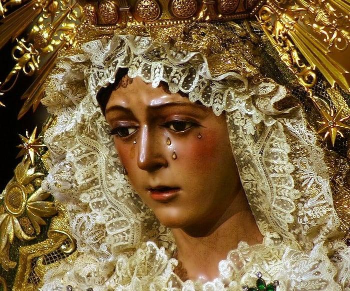 rzeźba głowa kobiety płaczącej diamentowymi łzami