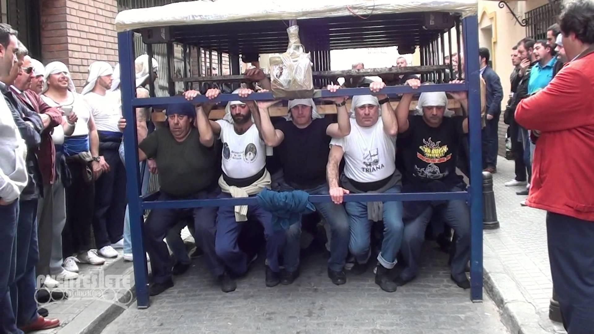 muskularni mężczyźni pod drewnianą platformą