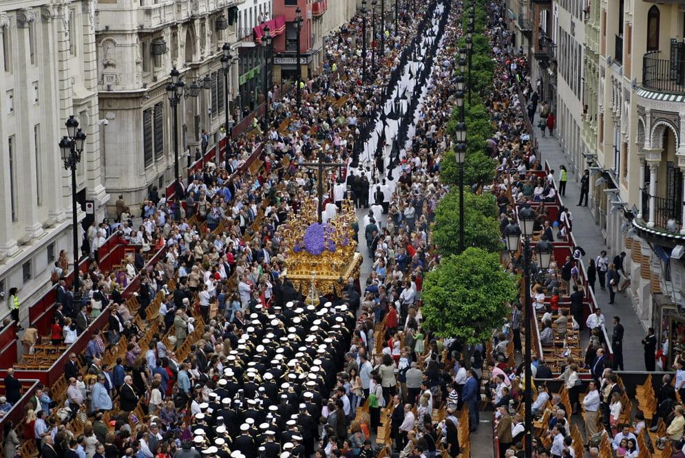 tłum szczelnie wypełnia ulicę procesja