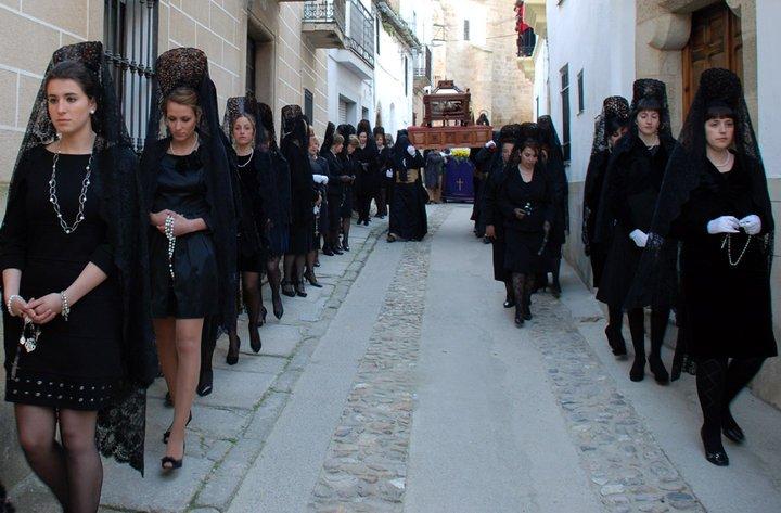ubrane na czarno kobiety idą w procesji