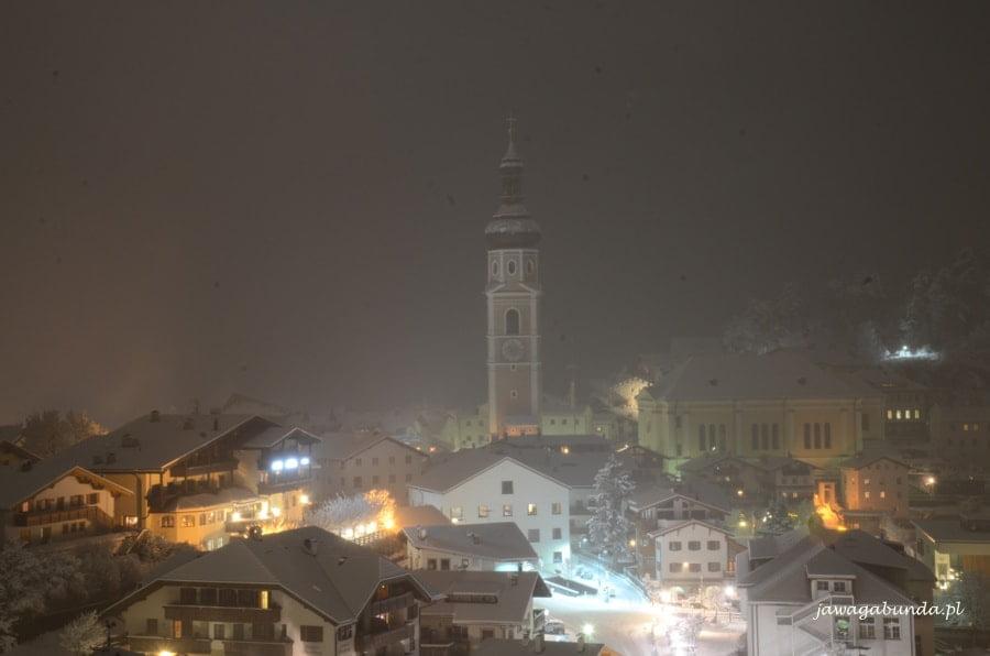zasypywane śniegiem miasteczko