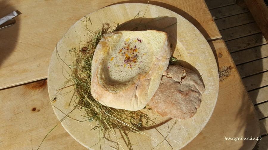 zupa z siana podana w chlebie