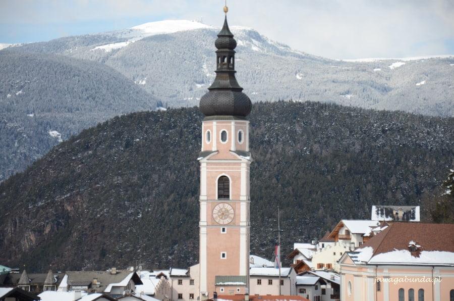 wieża kościelna górująca nad miasteczkiem