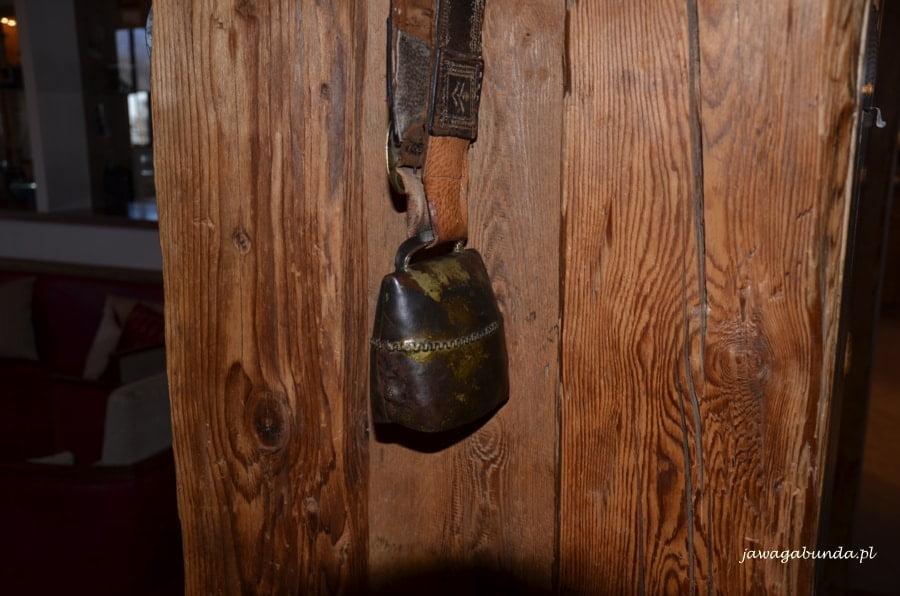 dzwonek metalowy, który zawiesza się krowom an szyji