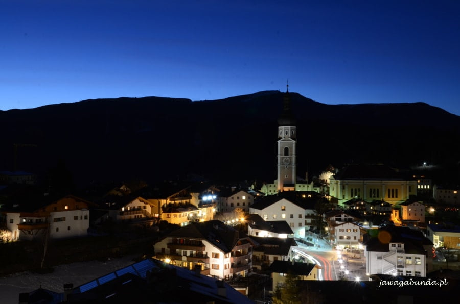 miasteczko castelrotto nocą