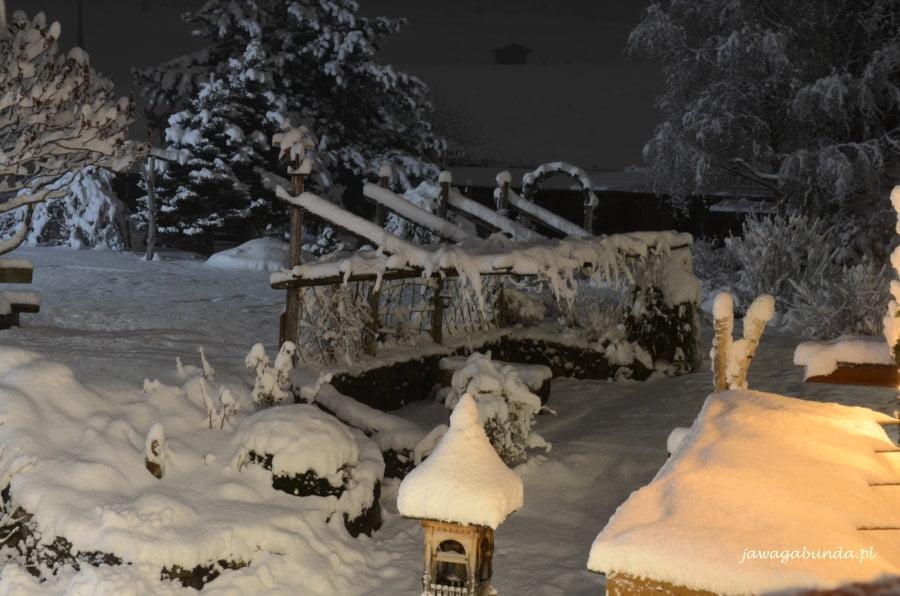 zasypane śniegiem mostek i małe budowle