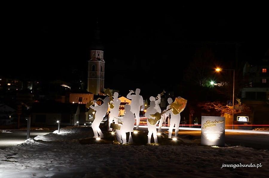 pomnik orkiestry jazzowej nocą