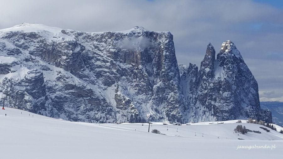 potężna góra zasypana śniegiem
