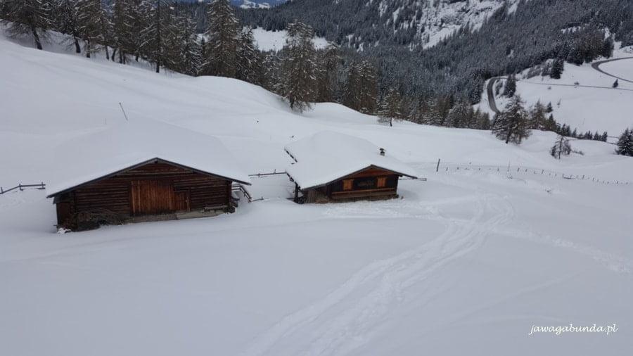 zasypane śniegiem chaty w górach