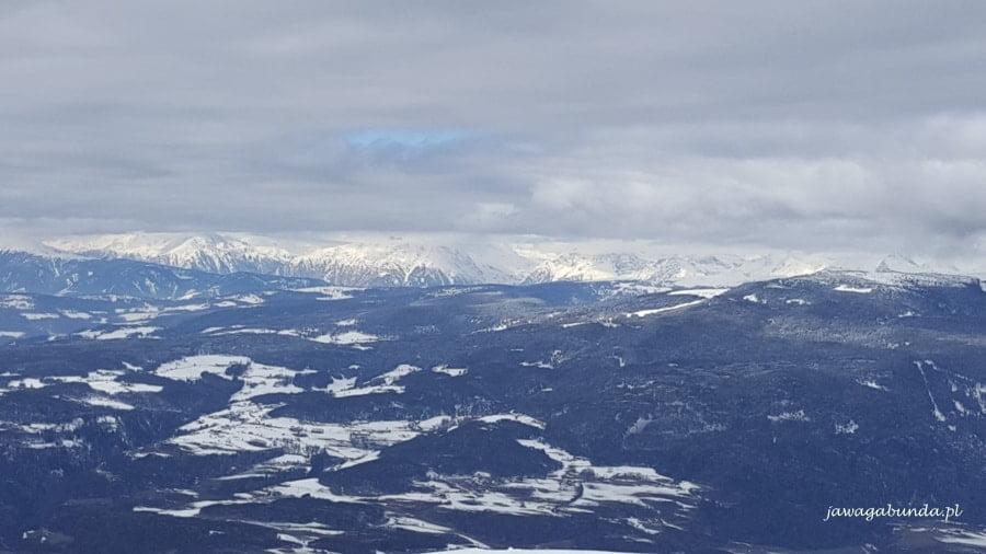 widok na ośnieżone przedpola gór