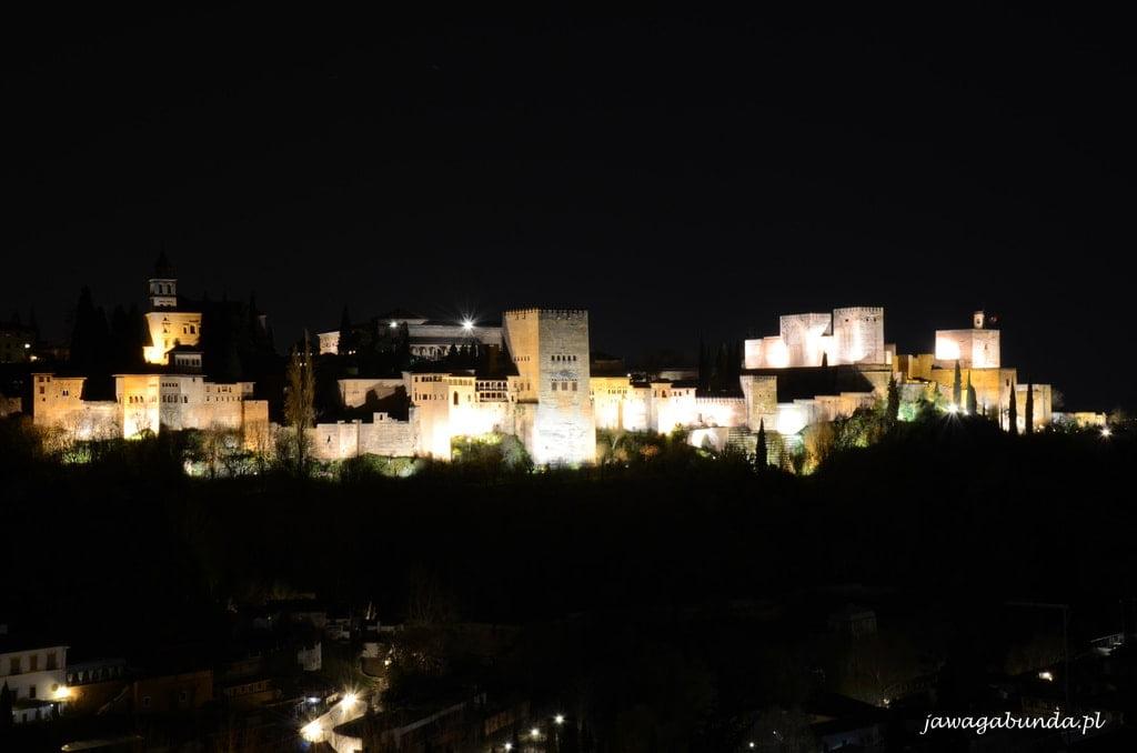 widok na Alhambrę nocą