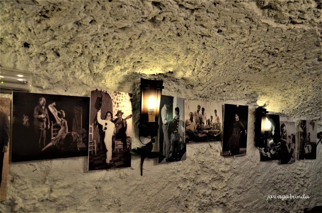 obrazki na ścianie w klubie flamenco