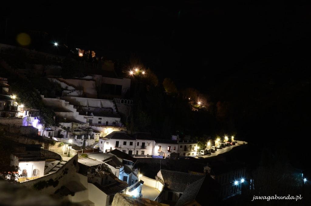 widok na domy na wzgórzach nocą