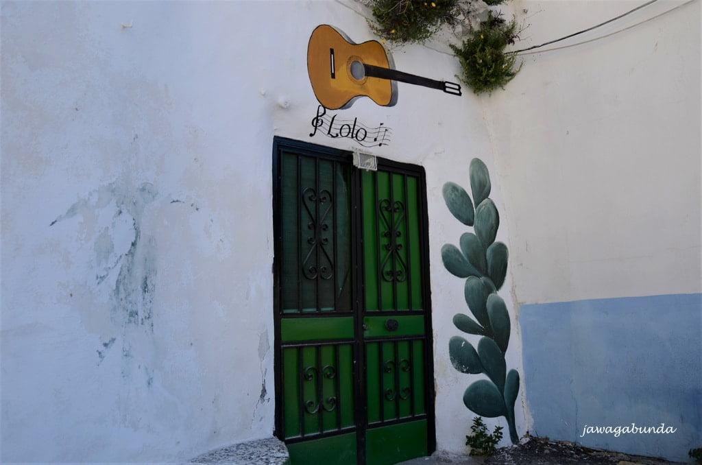 symbol gitary namalowany na murze