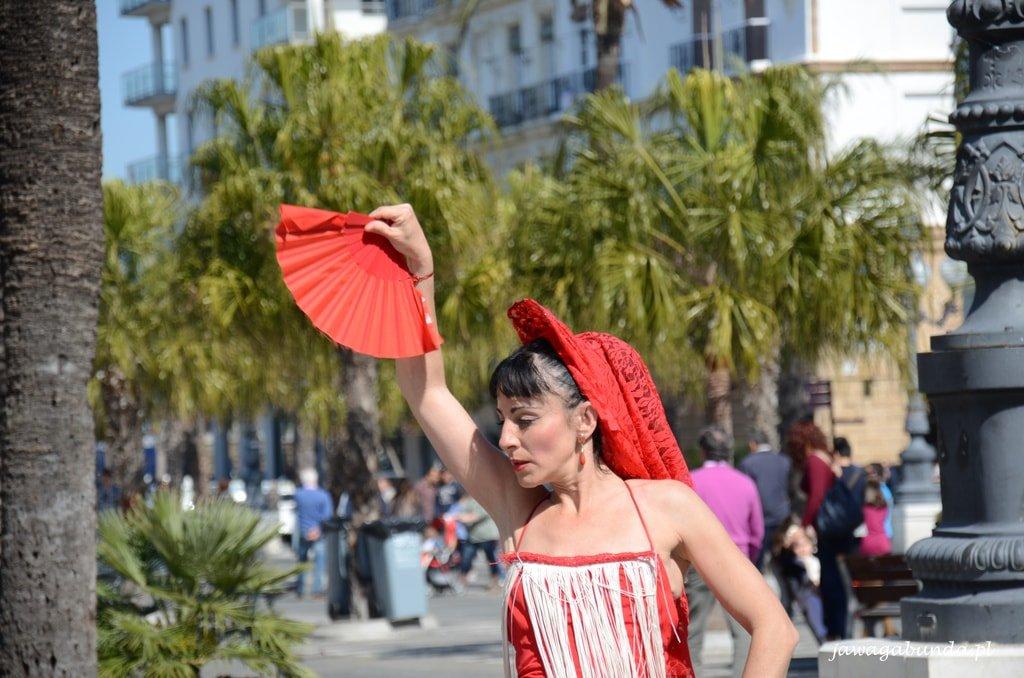 kobieta tańcząca flamenco na ulicy