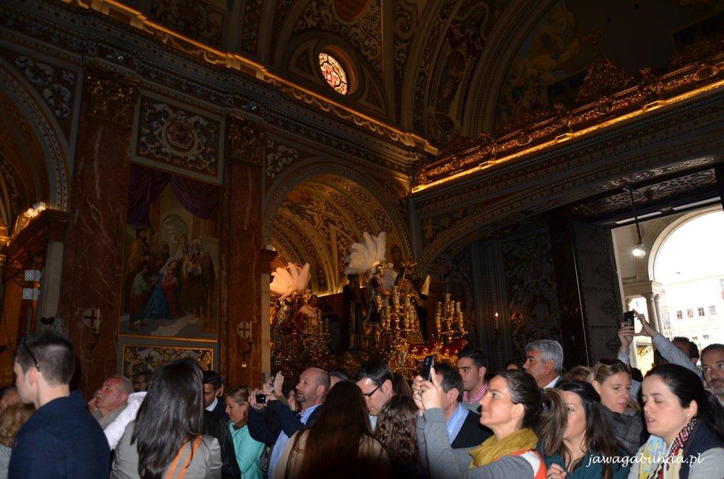 ołtarze w kościele