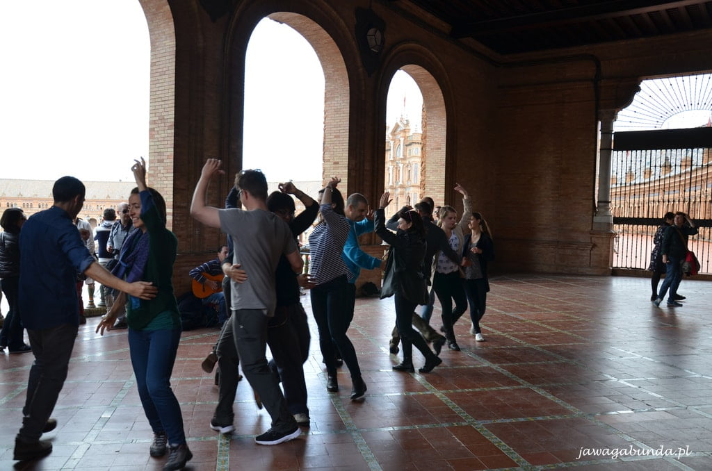 ludzie tańczą flamenco