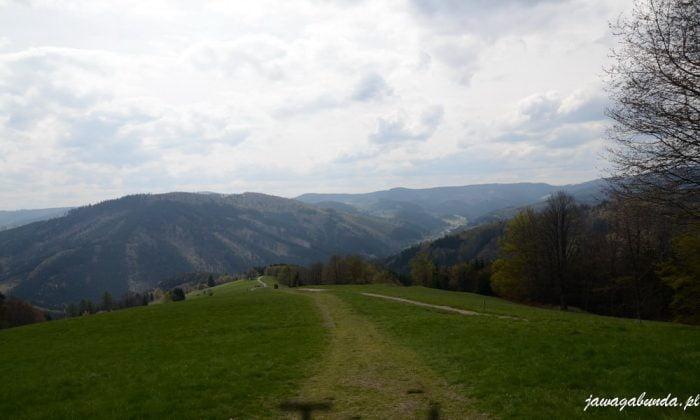 góry i droga biegnąca w góre