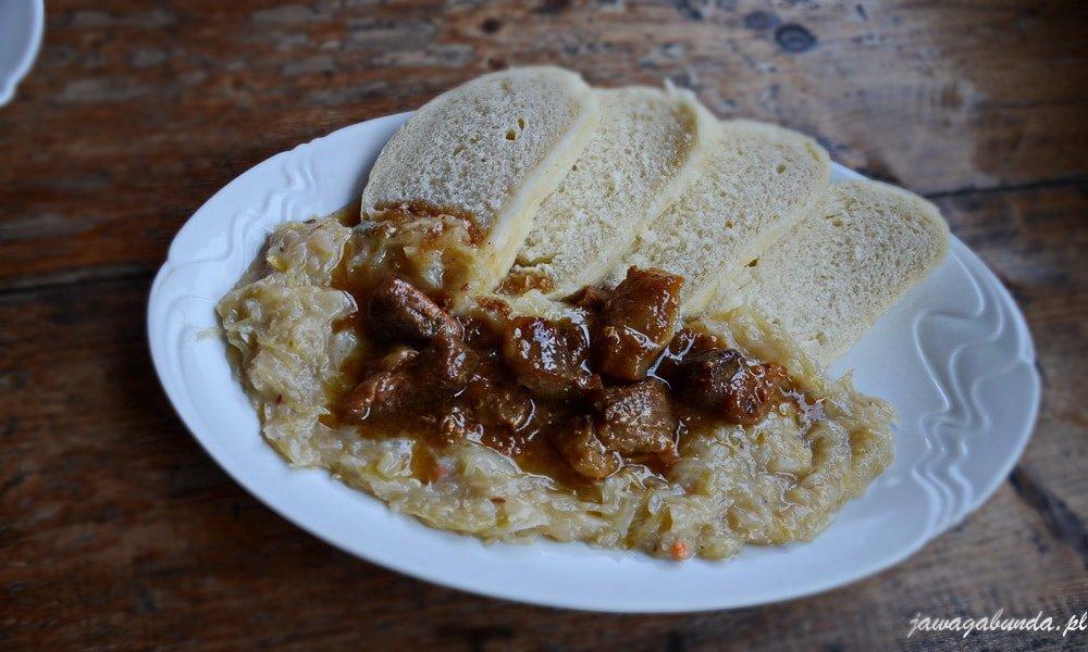 na talerzu knedle z kapustą typowe czeskie danie