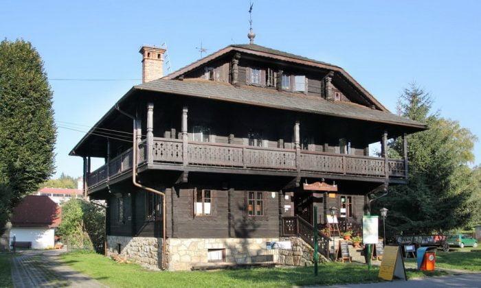 drewniany dom z pięknymi rzeżbieniami