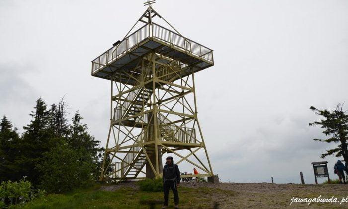 stalowa wieża na szczycie góry