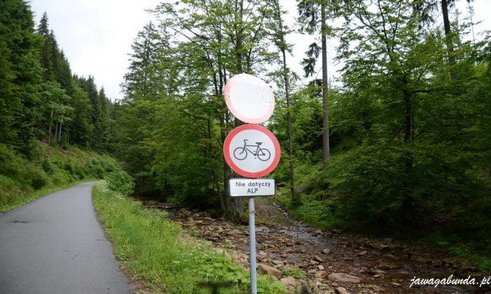 asfaltowa droga i znak drogowy