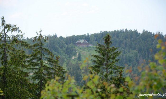 góry i budynek schroniska na stożku w oddali