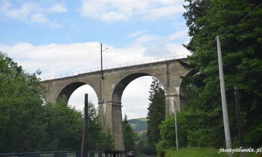 wysoki wiadukt kolejowy a 7 przęsłami