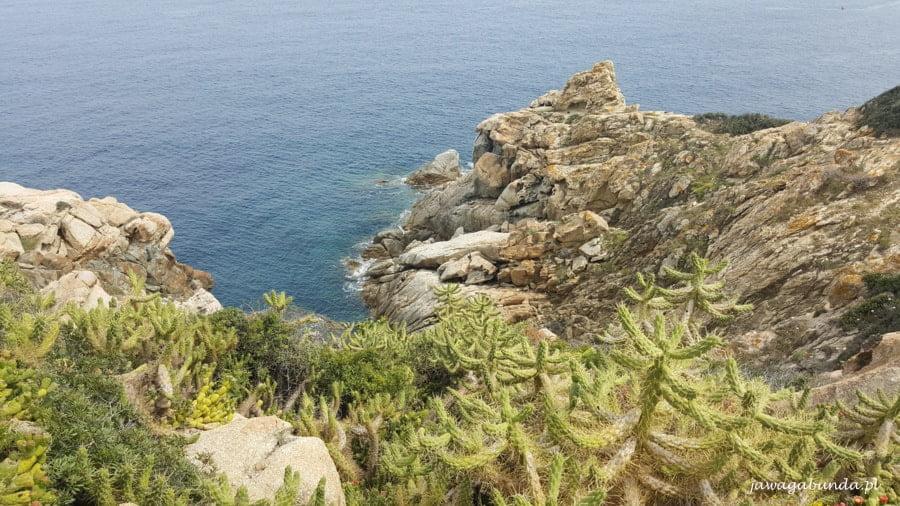 skały na drugim planie morze błękitne