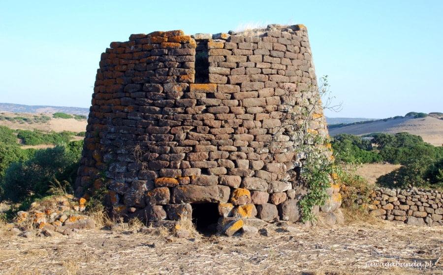 kamienna budowla z uszkodzonym dachem
