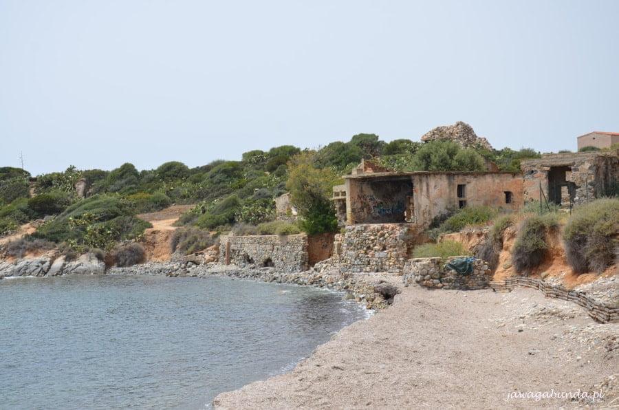 ruiny małego domu na brzegu morza