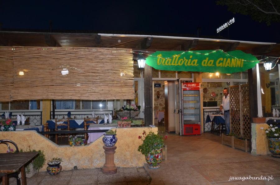 budynek restauracji z afiszem trattoria da Gianni
