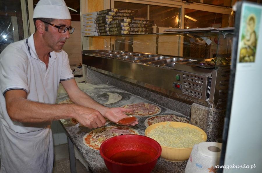 kucharz robi pizzę