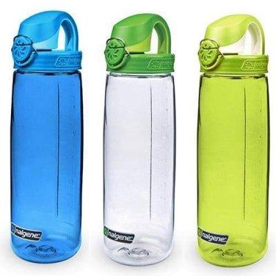 trzy bidony na rower:przeźroczyste: biały, niebieski i limonkowy