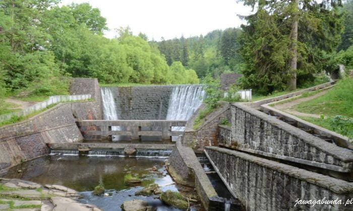 zapora i kamienne przepławki- koryta umożliwiajace rybom swobodny przepływ w górę rzeki