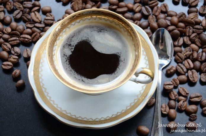 kawa w porcelanowej filiżance