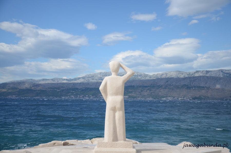 rzeźba człowieka patrzacego w dal nad brzegiem morza
